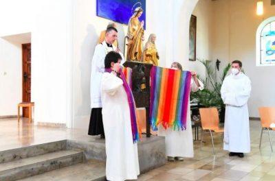 Membres Église allemande tenant drapeaux arc-en-ciel soutient personnes LGBTQI+