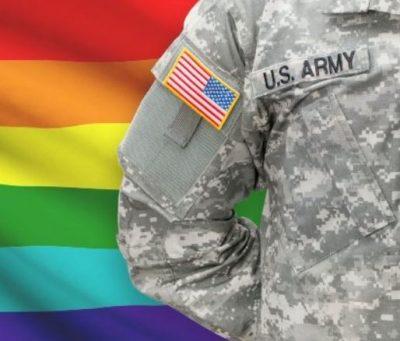 Militaire américain posant devant drapeau arc-en-ciel LGBT