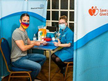 NHS don du sang ouvert personnes LGBTQI+ au Royaume-Uni