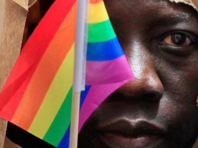 Nigérien tenant drapeau arc-en-ciel LGBT
