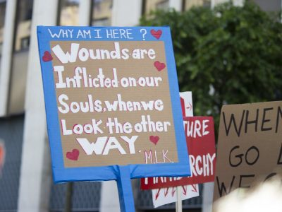 Panneau protestation Wounds are inflicted on our soulds when we look the other way - M.L.K.