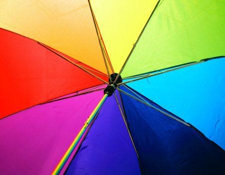 Parapluie multicolore arc-en-ciel