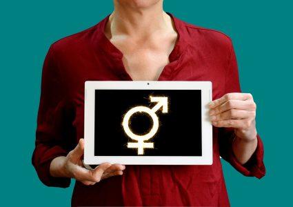 Personne tenant tablette affiche symbole trans