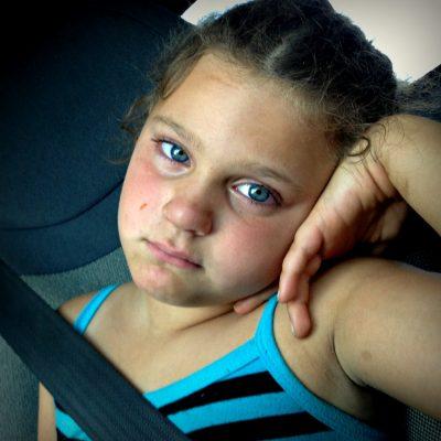 Petite fille yeux rouges après avoir pleuré