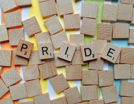 Mot pride écrit avec lettres de scrabble