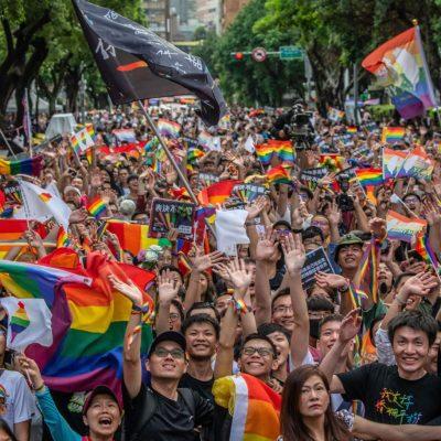 Rassemblement personnes LGBTQI+ taîwanaises après annonce légalisation mariage pour tous