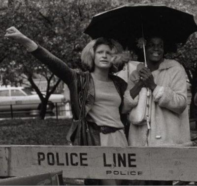 Sylvia Rivera Martha P. Johnson devant barrière Police Line