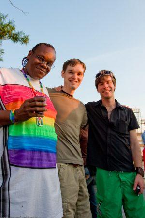 Trois amis souriants - T-shirt aux couleurs arc-en-ciel